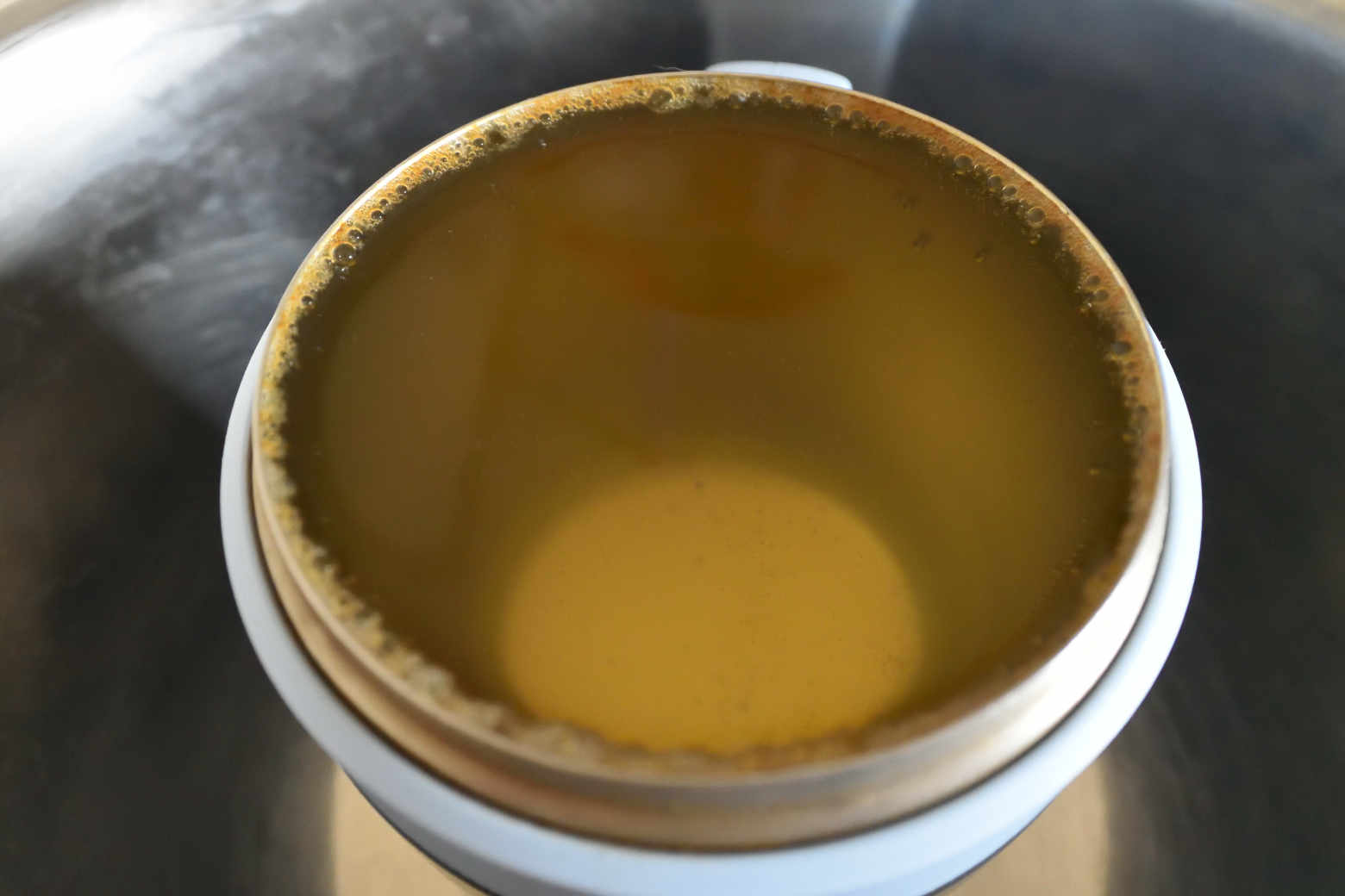 洗浄中のカップ